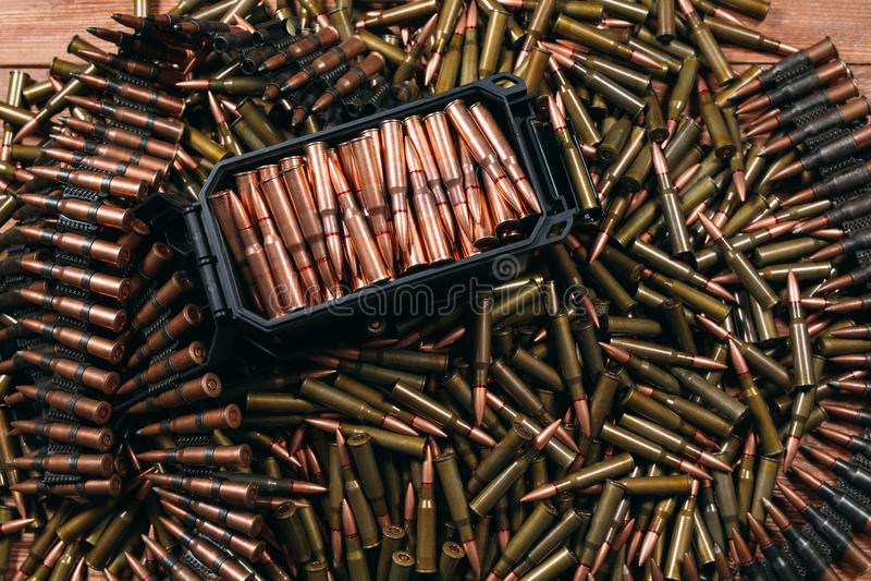 Diversa munición en el fondo de madera, concepto del arma fotografía de archivo libre de regalías