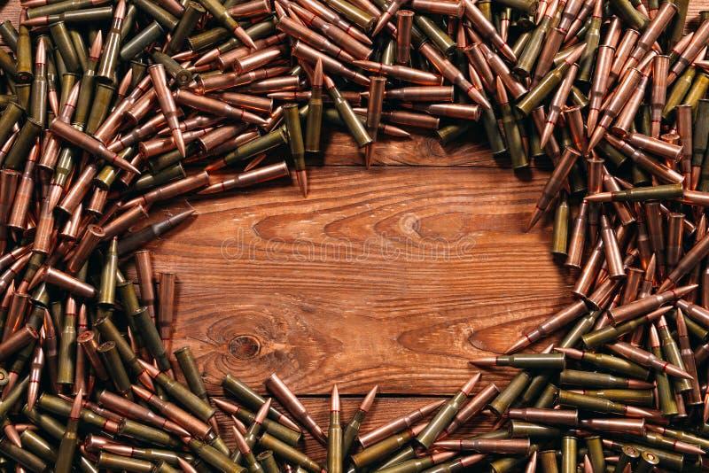 Diversa munición en fondo de madera Concepto del arma fotografía de archivo