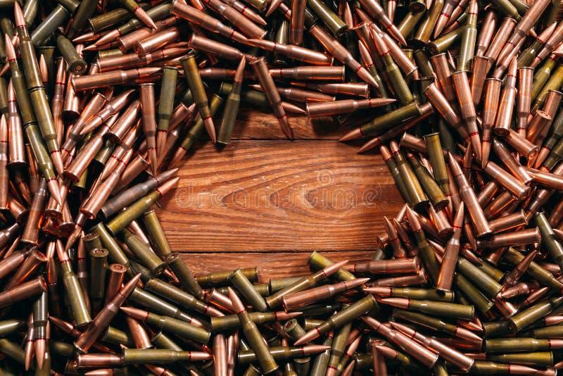 Diversa munición en fondo de madera Concepto del arma fotos de archivo