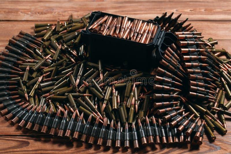 Diversa munición en fondo de madera Concepto del arma imagen de archivo libre de regalías