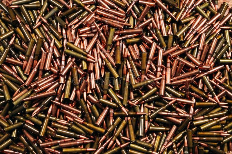 Diversa munición en fondo de madera Concepto del arma foto de archivo libre de regalías