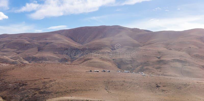 Diversas barracas beduínas no deserto perto da capital de Jordânia - Amman imagens de stock royalty free