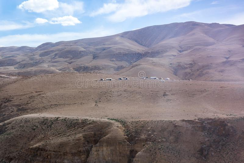 Diversas barracas beduínas no deserto perto da capital de Jordânia - Amman foto de stock royalty free