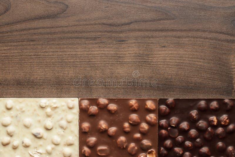 Diversas barras de chocolate con las avellanas enteras imágenes de archivo libres de regalías