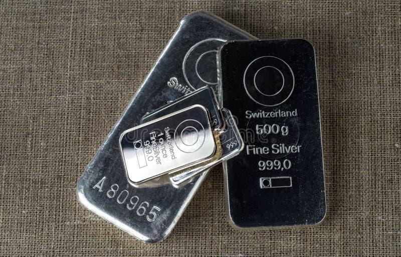 Diversas barras de prata na perspectiva da textura do pano grosseiro imagens de stock royalty free