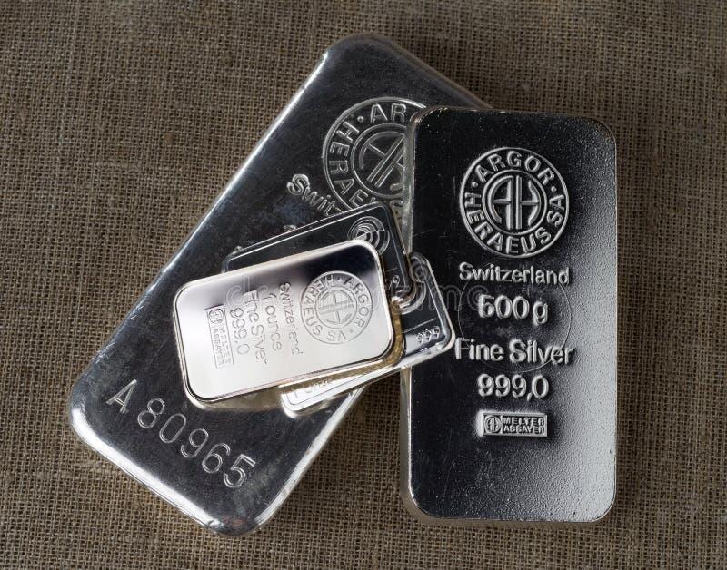 Diversas barras de prata de pesos diferentes produziram na fábrica suíça Argor-Heraeus e em outros fabricantes imagem de stock