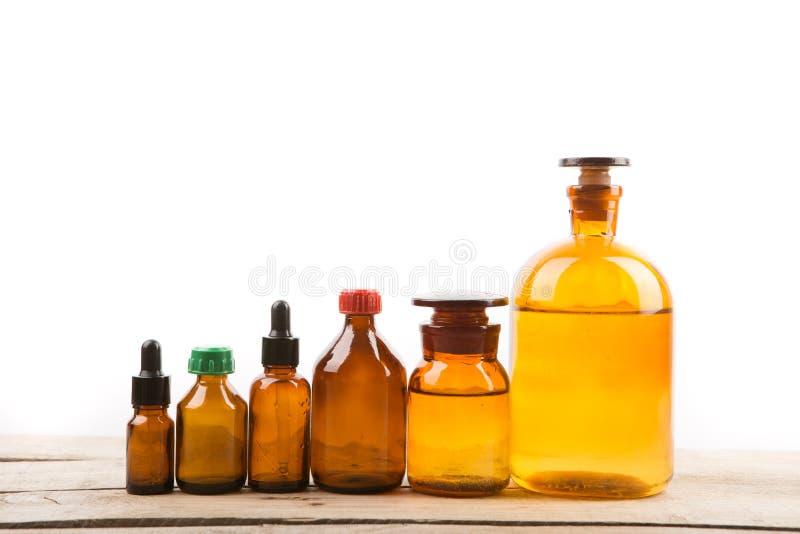 Diversas botellas de la farmacia del vintage aisladas en blanco imagenes de archivo