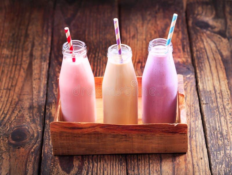 Diversas botellas de smoothie imagen de archivo libre de regalías