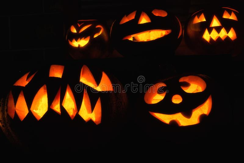 Diversas calabazas creativo talladas en la oscuridad para Halloween imagen de archivo libre de regalías