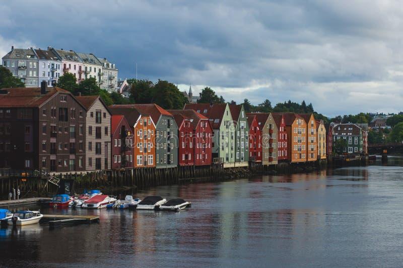 Diversas casas coloreadas en Strondheim, Noruega fotos de archivo libres de regalías