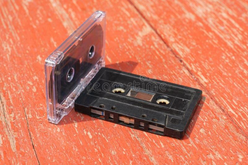 Diversas cassetes áudio velhas do filme em uma tabela de madeira fotos de stock