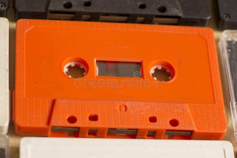 Diversas cassetes de banda magnética análogas velhas de várias cores fotografia de stock