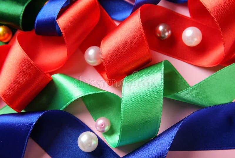Diversas cintas con las gotas en fondo del color fotografía de archivo libre de regalías