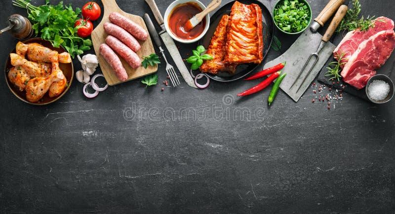 Diversas clases de parrilla y de carnes del Bbq con los utensilios de la cocina y del carnicero del vintage foto de archivo libre de regalías