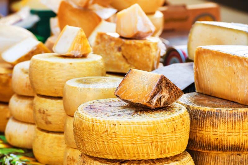 Diversas clases de queso italiano fotografía de archivo libre de regalías