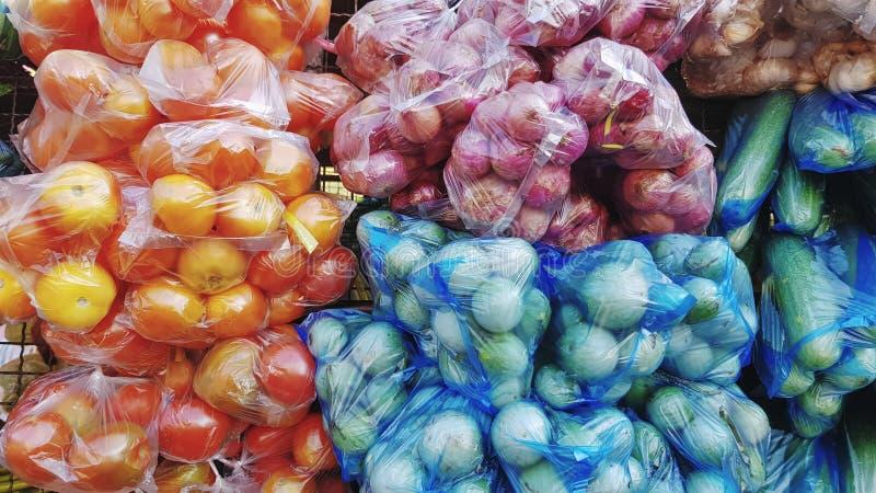 Diversas clases de verdura colorida fresca en las bolsas de plástico fotos de archivo