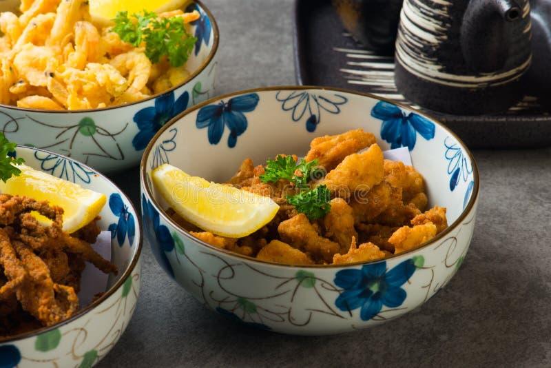 Diversas comidas fritas japonesas fotografía de archivo