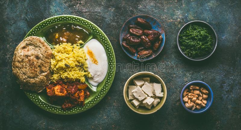 Diversas comidas indias en cuencos en fondo rústico oscuro fotografía de archivo