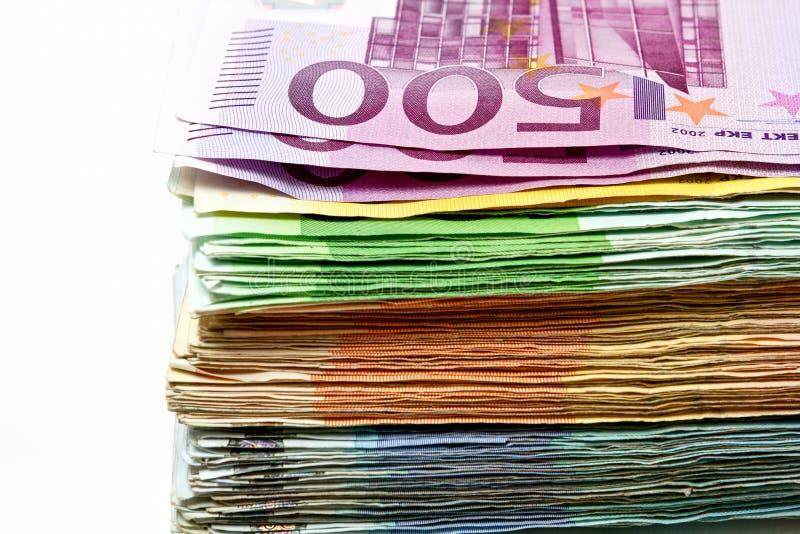 Diversas cuentas euro se separan hacia fuera en una tabla bajo la forma de a fotos de archivo libres de regalías