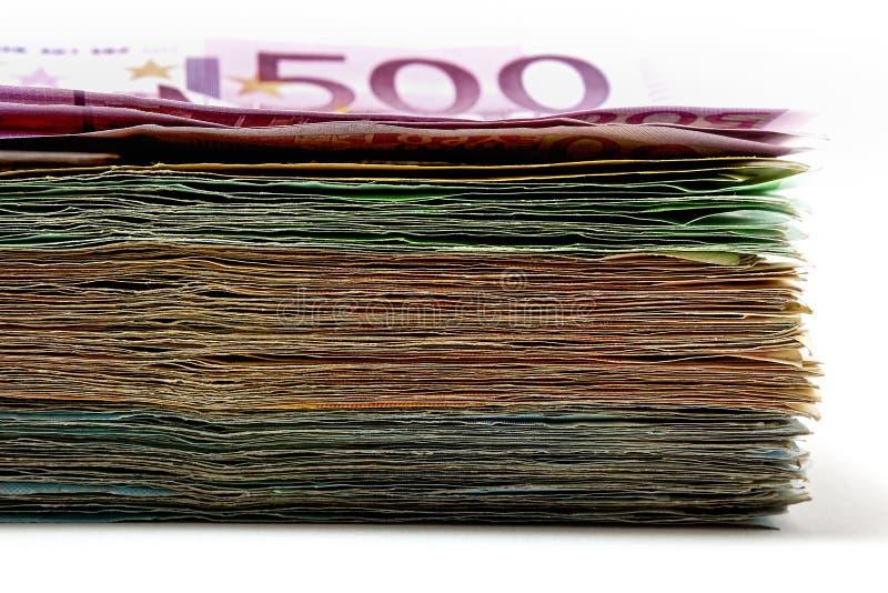 Diversas cuentas euro se separan hacia fuera en una tabla bajo la forma de a imagen de archivo
