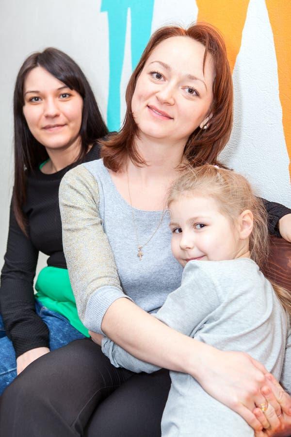 Diversas edades de las hermanas felices junto imagen de archivo