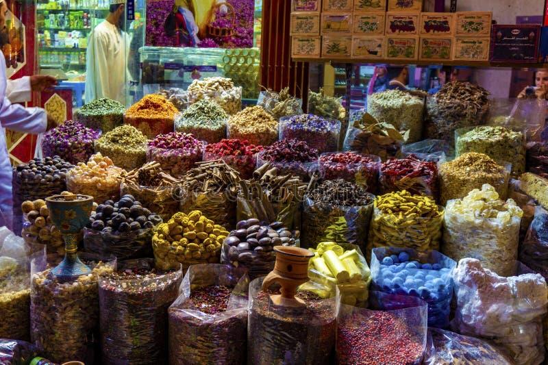 Diversas especias coloridas en el souk del mercado de la especia en Dubai viejo fotografía de archivo libre de regalías