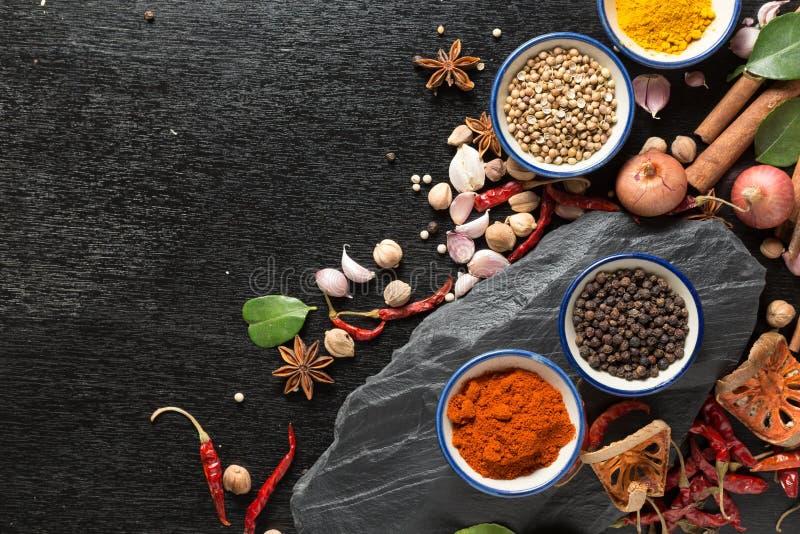 Diversas especias coloridas en la tabla de madera sano o el cocinar concentrado imágenes de archivo libres de regalías