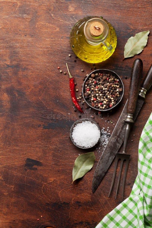Diversas especias, hierbas y utensilios de cocinar fotografía de archivo libre de regalías