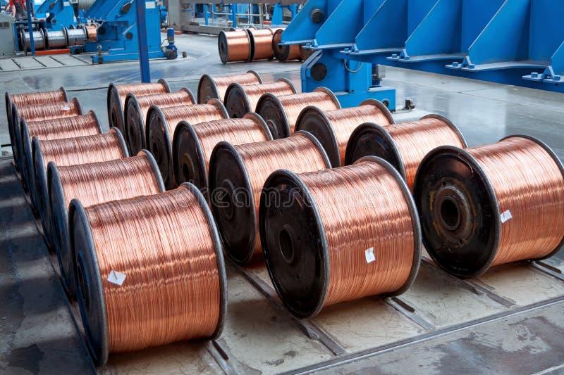 Diversas fileiras de bobinas terminadas com fio de cobre na produção foto de stock royalty free