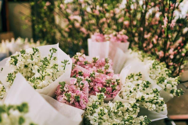 Diversas flores del color en bulto en el mercado de la flor imagen de archivo libre de regalías