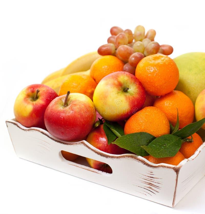 Diversas frutas en una bandeja imagen de archivo libre de regalías