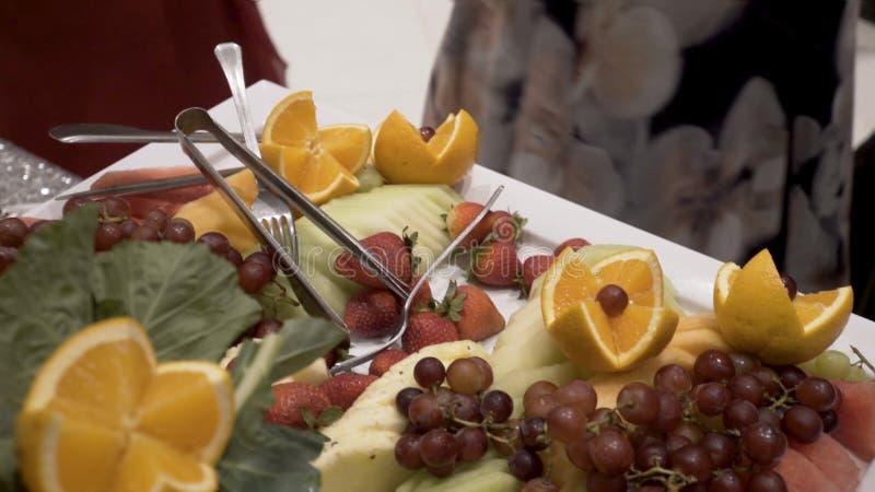 Diversas frutas frescas en la tabla de comida fría de la boda Frutas y bayas que se casan la decoración de la tabla Fruta de la r foto de archivo