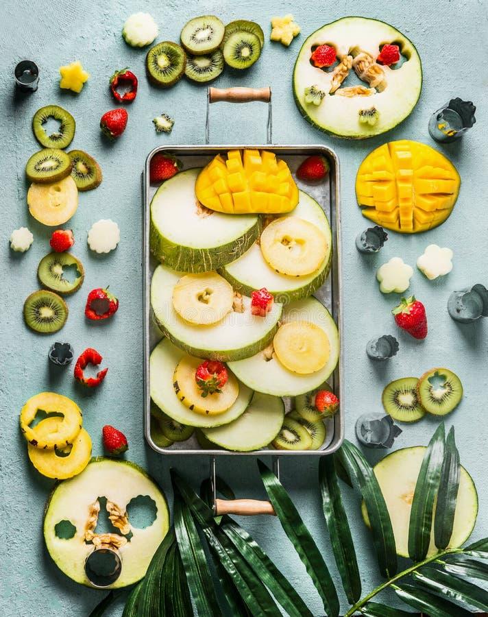 Diversas frutas frescas y bayas coloridas en la bandeja, visión superior Comida del verano vertical imagen de archivo libre de regalías