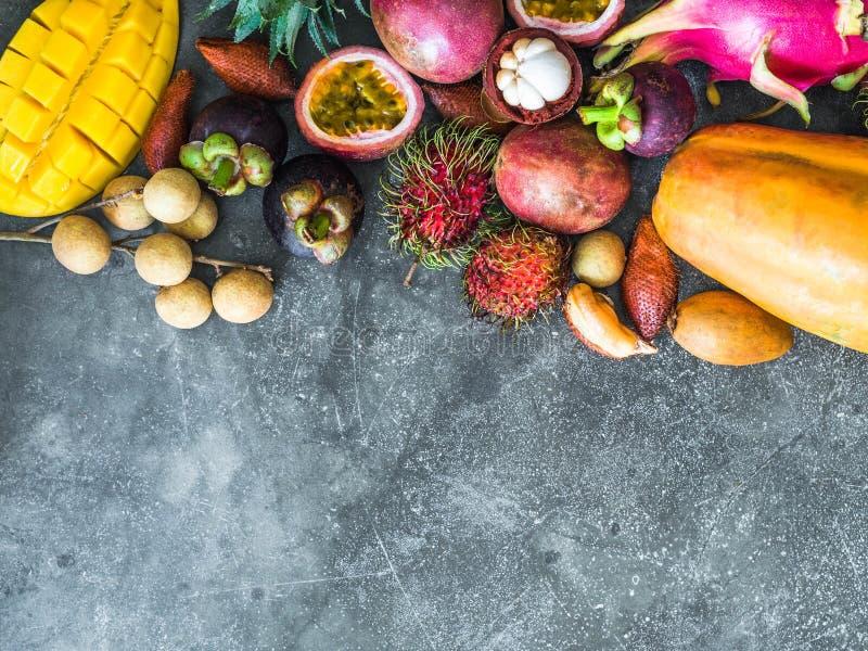 Diversas frutas tailandesas frescas - rambutan, mango, mangost?n, longan, papaya, fruta del drag?n, zapote, fruta de la pasi?n, s fotos de archivo