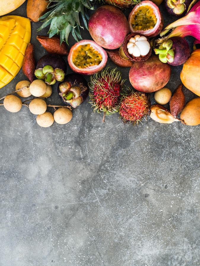 Diversas frutas tailandesas frescas - rambutan, mango, mangost?n, longan, papaya, fruta del drag?n, zapote, fruta de la pasi?n, s foto de archivo libre de regalías