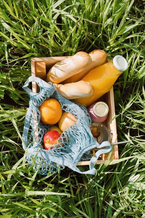 Diversas frutas y bebidas frías en una caja de madera imagen de archivo libre de regalías