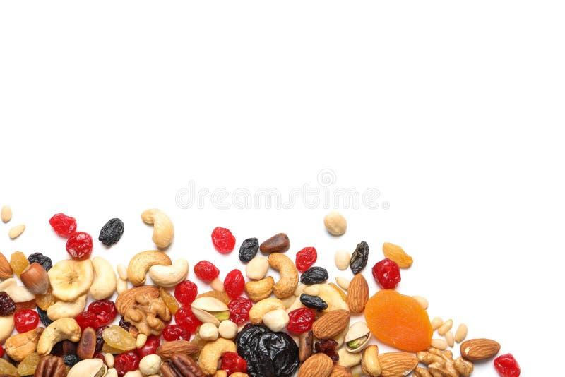 Diversas frutas y nueces secadas en el fondo blanco, visión superior foto de archivo libre de regalías