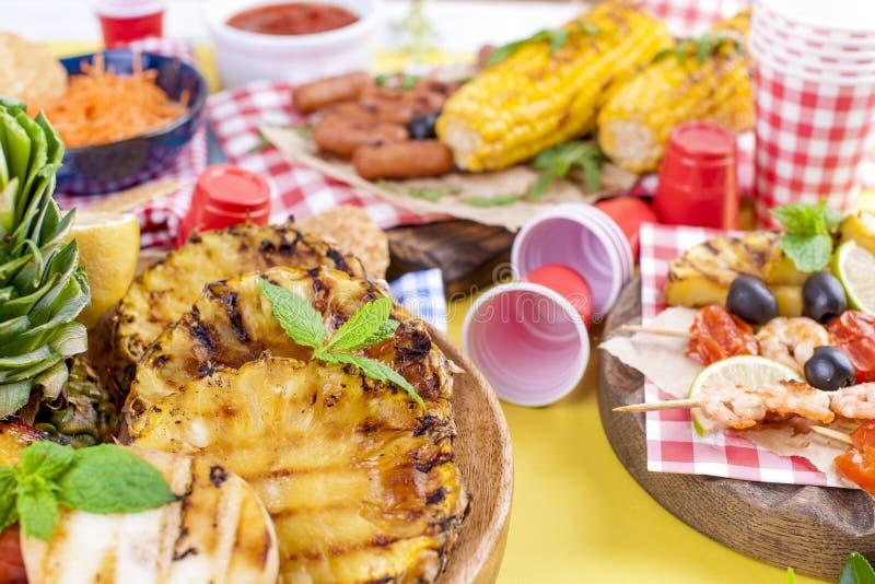 Diversas frutas y verduras se cocinan en la parrilla Fondo amarillo Cena del verano Copie el espacio imágenes de archivo libres de regalías