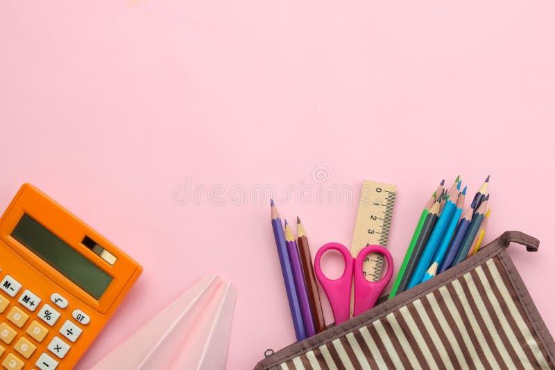 Diversas fuentes de escuela cuaderno, lápices y vidrios en fondo rosado brillante De nuevo a escuela Herramientas de la oficina E fotografía de archivo libre de regalías
