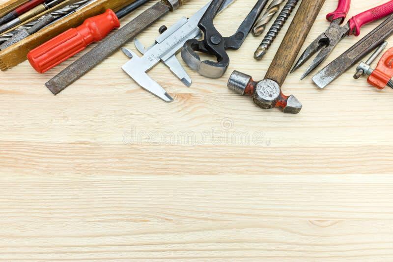 Diversas herramientas del gato viejo incluyendo el martillo, calibrador, destornilladores a imagen de archivo