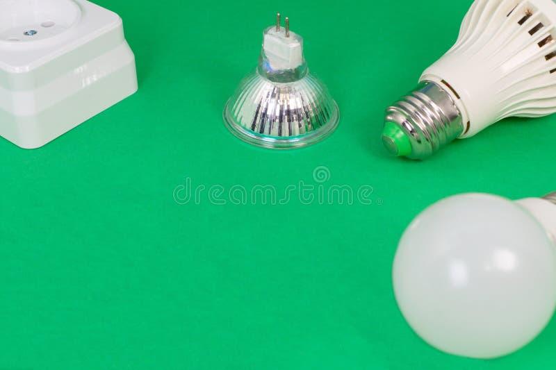 Diversas herramientas eléctricas en fondo verde claro imagenes de archivo
