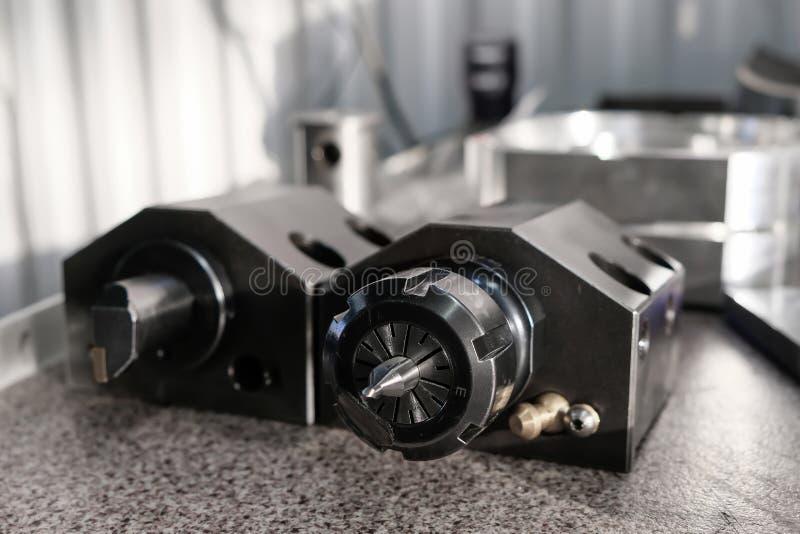 Diversas herramientas para la instalación industrial con las máquinas del torno del CNC Fresadora del CNC para trabajar y produci imagen de archivo