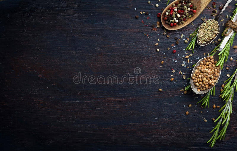 Diversas hierbas y especias en la tabla de madera oscura fotografía de archivo libre de regalías