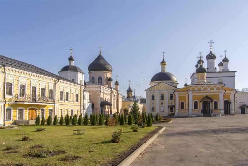 Diversas igrejas antigas com abóbadas bonitas O monastério ortodoxo da ascensão de David abandona Rússia imagem de stock