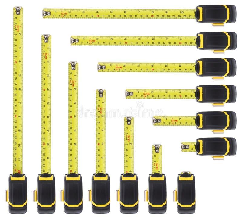 Diversas longitudes de las reglas de acero aisladas en el fondo blanco con la trayectoria de recortes fotos de archivo libres de regalías