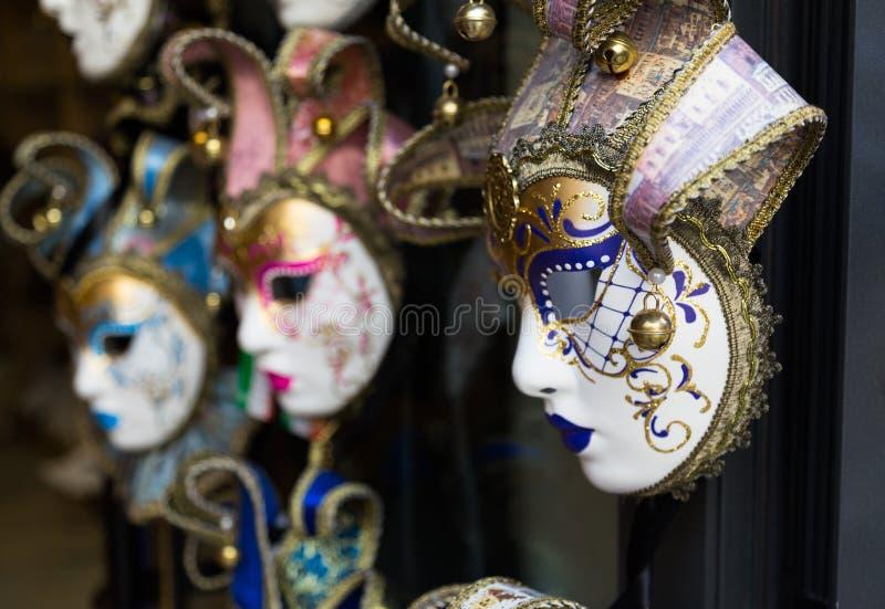 Diversas máscaras venecianas que cuelgan fuera de una tienda imagen de archivo