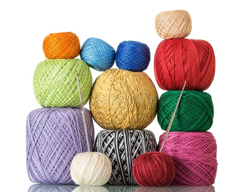 Diversas madejas coloridas del hilado de lanas y de los ganchos de ganchillo imágenes de archivo libres de regalías