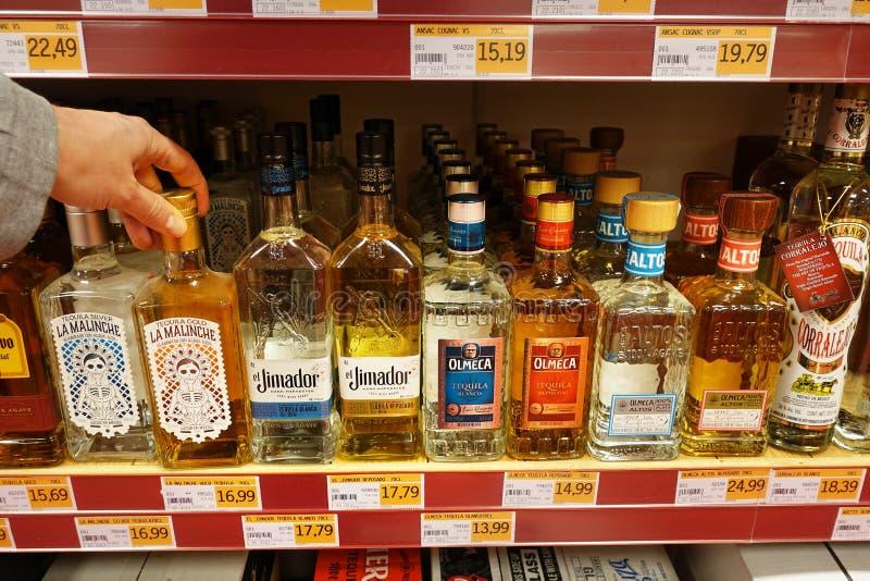 Diversas marcas del Tequila en una tienda foto de archivo