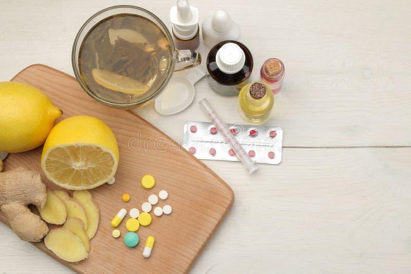 Diversas medicinas para el resfriado y medicinas anticatarrales en una tabla de madera blanca frío enfermedades frío Visión desde imagen de archivo