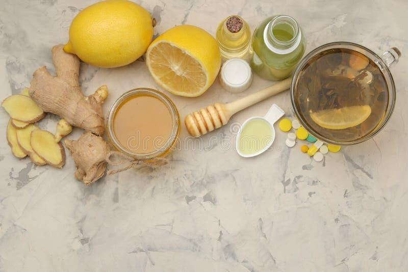 Diversas medicinas para el resfriado y medicinas anticatarrales en una tabla de madera blanca frío enfermedades frío Visión desde fotos de archivo libres de regalías